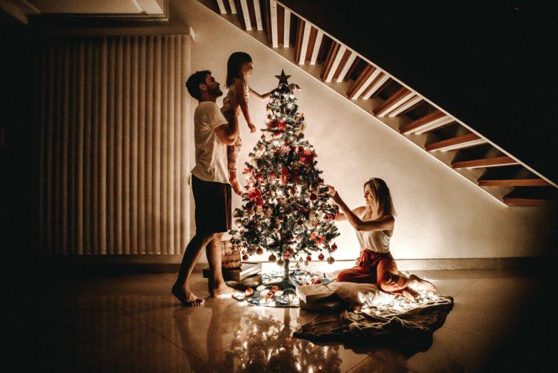 Familia haciendo arbol de navidad Mi Corazon es suyo