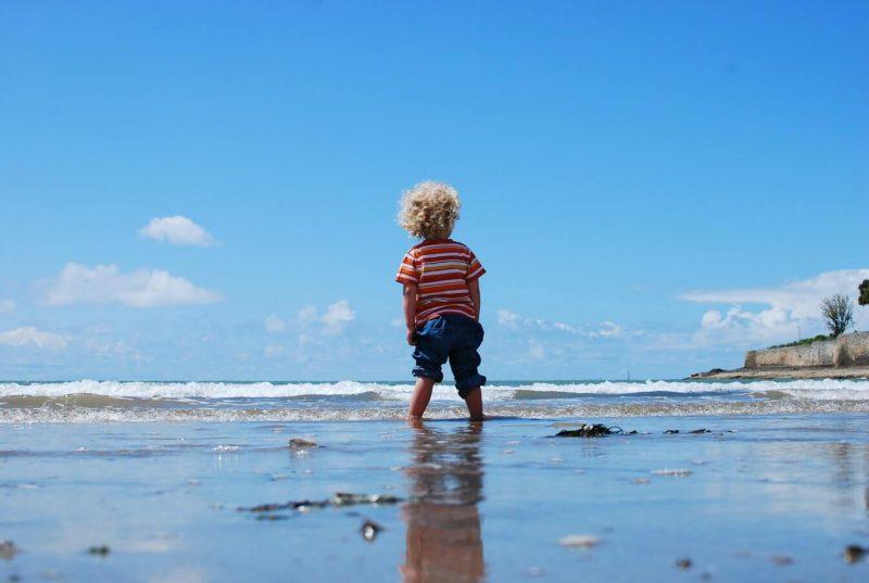 nino en la playa de espaldas